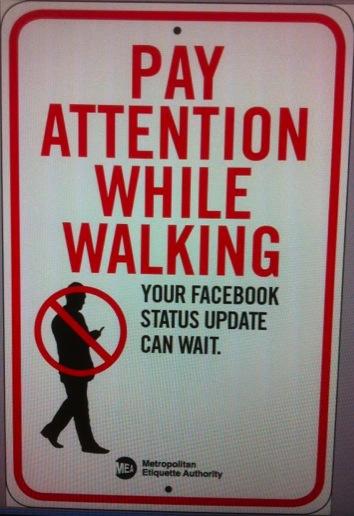 Faites Attention en Marchant. Votre mise à jour Facebook peut attendre !